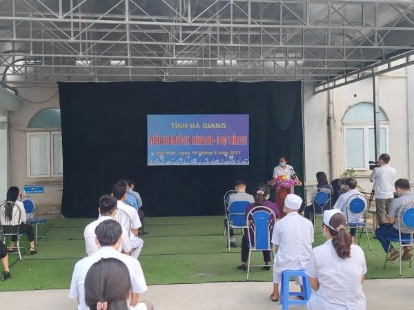Thầy thuốc Bệnh viện đa khoa huyện Xín Mần được tiêm phòng vác xin COVID-19