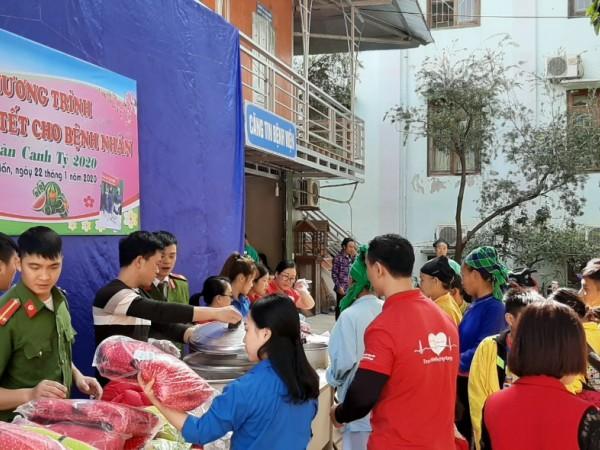 Ấm lòng những suất ăn và những món quà cho bệnh nhân nghèo.