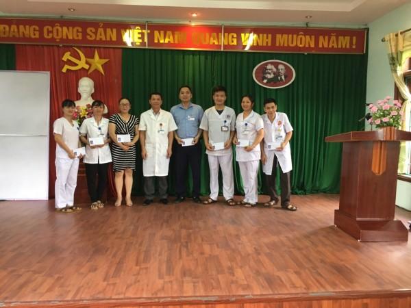 Ban chấp hành Công đoàn Bệnh viện ĐK huyện Xín Mần trao quà cho CBVC là con Thương binh, bệnh binh nhân kỷ niệm 72 năm ngày thương binh liệt sĩ (27/7/1947-27/7/2019)