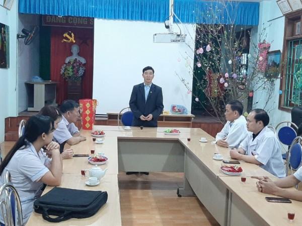 Lãnh đạo huyện Xín Mần thăm, tặng quà cho bệnh nhân và chúc tết cán bộ bệnh viện đa khoa huyện.