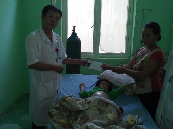 Bệnh viện Xín Mần quyên góp tiền giúp  đỡ bệnh nhân nghèo