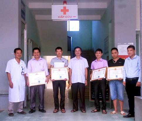 Cán bộ công chức, viên chức huyện Xín Mần tham gia hiến máu khẩn cấp, cứu sống hai bệnh nhân nguy kịch.